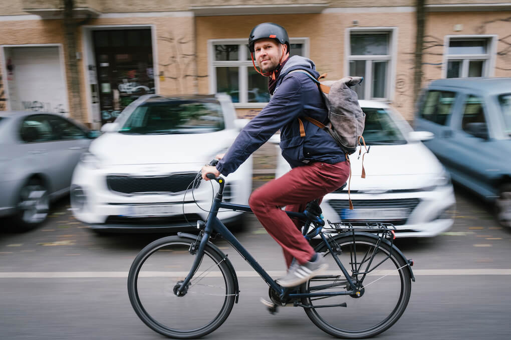 Direktkandidat für das Berliner Abgeordnetenhaus Hagen Albers fährt Fahrrad.